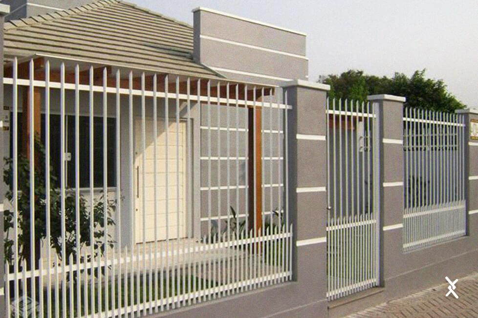Imagem de um cercamento residencial com grade de ferro