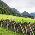 Imagem de uma cerca de madeira feita no passado